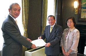 「かながわ食の安全・安心条例(仮称)」を求める個人署名約21万筆、団体署名1,815団体を、副知事・県議会に提出